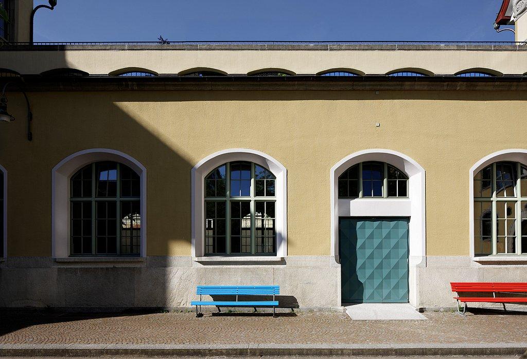 Turnhalle mit neuer Türe und Fenstern